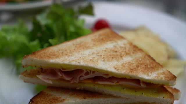 skinka och ost smörgås med sallad - cheese sandwich bildbanksvideor och videomaterial från bakom kulisserna