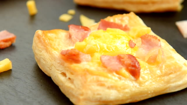 vídeos de stock e filmes b-roll de ham, cheese and egg breakfast mini pies - produto de carne