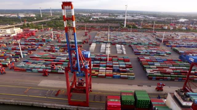 hamburg containerhamn med fartyg och kranar i solnedgången - shipping sunset bildbanksvideor och videomaterial från bakom kulisserna
