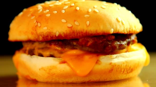 hamburger  cheese and pork - cheeseburger filmów i materiałów b-roll