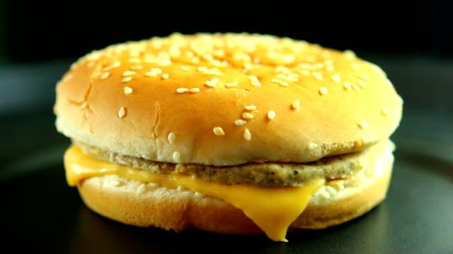 hamburgare med ost och fläsk - hamburgare bildbanksvideor och videomaterial från bakom kulisserna