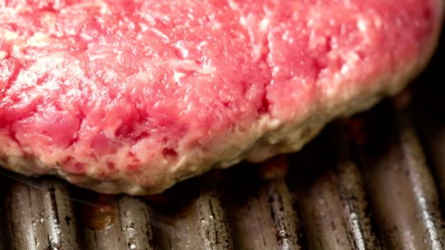 グリルの時間経過のハンバーガー - チーズ 溶ける点の映像素材/bロール