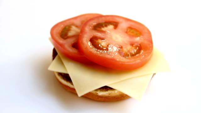 hamburger sandwich - cheese sandwich bildbanksvideor och videomaterial från bakom kulisserna