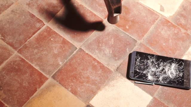 スマート フォン, タッチ スクリーン ガラス スローモーションを急速な分割を押すクラッシュをハンマーします。破片の断片。 - 全壊点の映像素材/bロール
