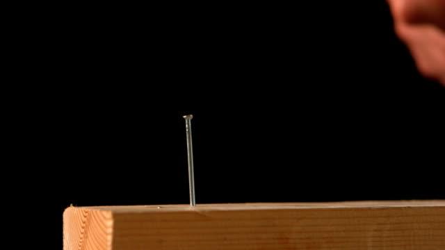 Hammer schlagen einen Nagel in Holz – Video