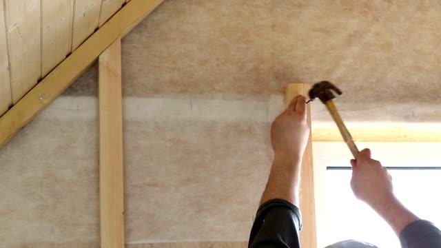 hammare i naglar i trä logg - hammare bildbanksvideor och videomaterial från bakom kulisserna