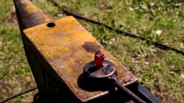 martelli pulsante sulla incudine - pinze attrezzo manuale video stock e b–roll