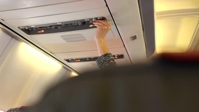 hand adjusting air conditioning in aircraft cabin. - kabina filmów i materiałów b-roll