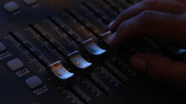 手動調整専門的なオーディオミキサ - 編集者点の映像素材/bロール