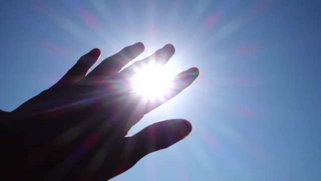太陽に対する手 - 指点の映像素材/bロール