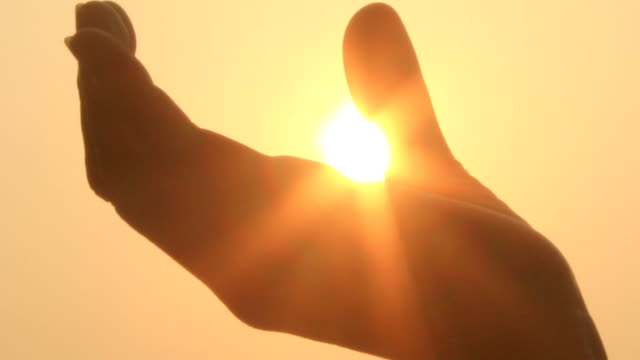 ręce i słońce - podświetlony filmów i materiałów b-roll