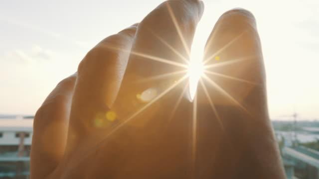 手と太陽 - 希望点の映像素材/bロール