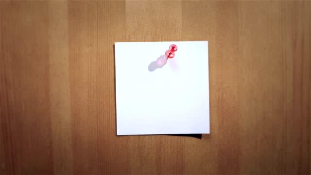 vídeos y material grabado en eventos de stock de mano concede blanco adhesivo en madera mensaje de planchar - eventos de etiqueta