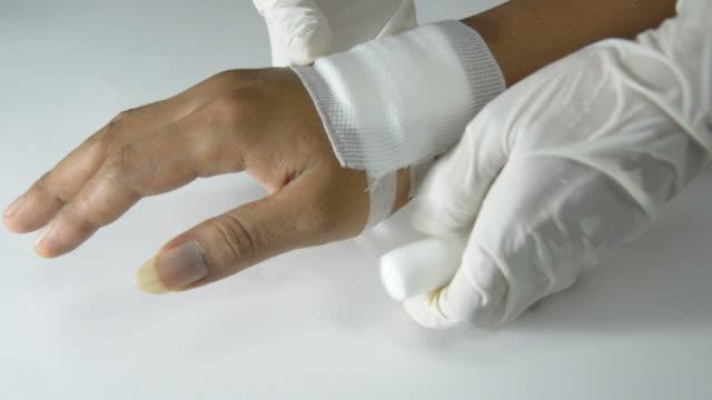 ręka jest bandaged - rana filmów i materiałów b-roll