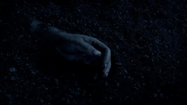 vídeos de stock e filmes b-roll de hand buried in the ground in the dark - membro