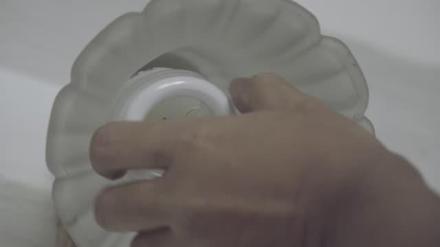 die hand wechsel glühbirne 4k. - led leuchtmittel stock-videos und b-roll-filmmaterial