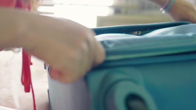 旅行スーツケースの手閉じジッパー - 荷造り点の映像素材/bロール