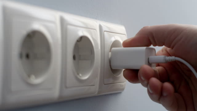 Hand Anschluss Stecker USB-Ladegerät in eine Wand Steckdose Konzept zur Energieeinsparung auf Red-Kamera gedreht – Video