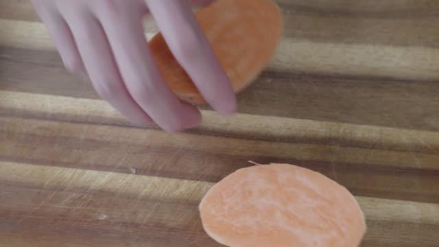 手カット サツマイモ - 田舎のライフスタイル点の映像素材/bロール