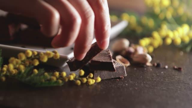 en hand dekorera en tallrik. - brownie bildbanksvideor och videomaterial från bakom kulisserna