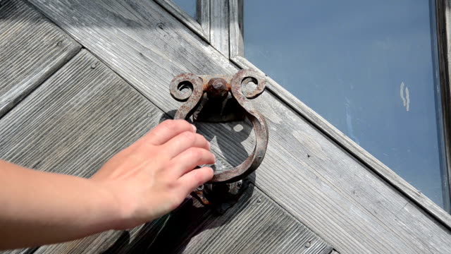 vídeos de stock e filmes b-roll de mão porta do punho knock - door knock
