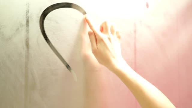 vídeos de stock e filmes b-roll de mão desenha um coração em um espelho com nevoeiroweather forecast - espelho