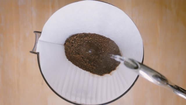 hand tropfen kaffee barista gießt heißes wasser auf kaffeemaschine tisch auf - grind stock-videos und b-roll-filmmaterial