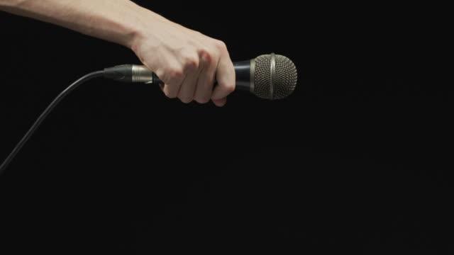 vídeos de stock, filmes e b-roll de mão que deixa cair o microfone - caindo
