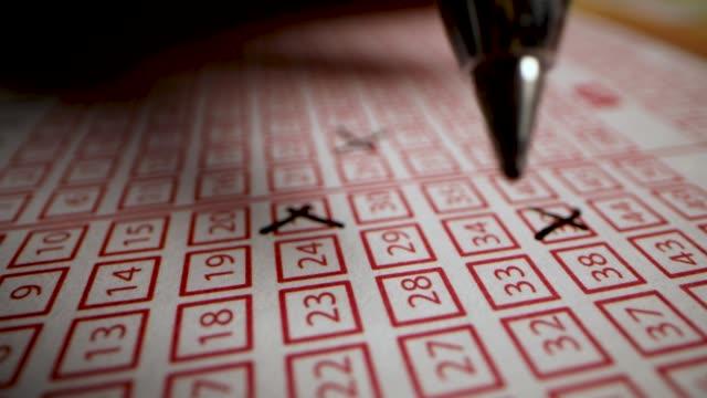 hand ausfüllen lotto-ticket. glückszahlen auf spielzettel kreuzen - lotto stock-videos und b-roll-filmmaterial