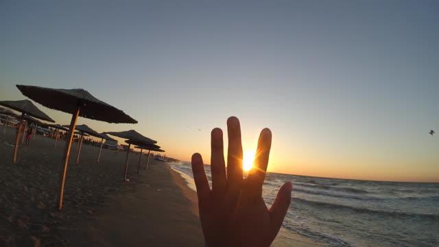 手指太陽夕日サンセット ビーチ海海 - 指点の映像素材/bロール