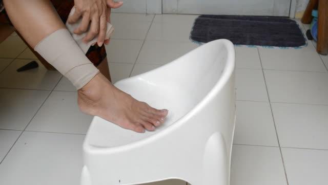 Hand for elastic bandage video