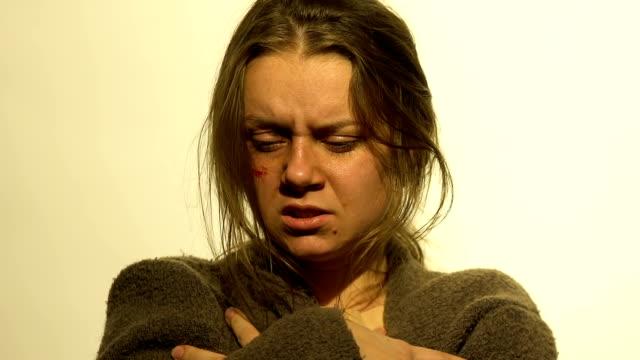 vídeos y material grabado en eventos de stock de mano dar la inyección de heroína al sufrimiento femenino abstinencia, adicción a las drogas - human trafficking