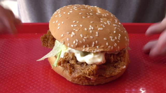 손 잡아 치킨 버거 에 빨간 트레이 아웃 아웃 아웃 의 장면 - burger and chicken 스톡 비디오 및 b-롤 화면