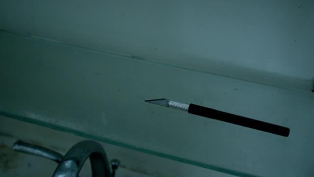 vídeos de stock e filmes b-roll de hand grabbing knife - swiss army knife