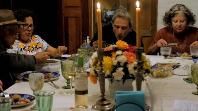 vídeos y material grabado en eventos de stock de mano de un grupo de personas disfrutando de su cena en una celebración - pascua judía