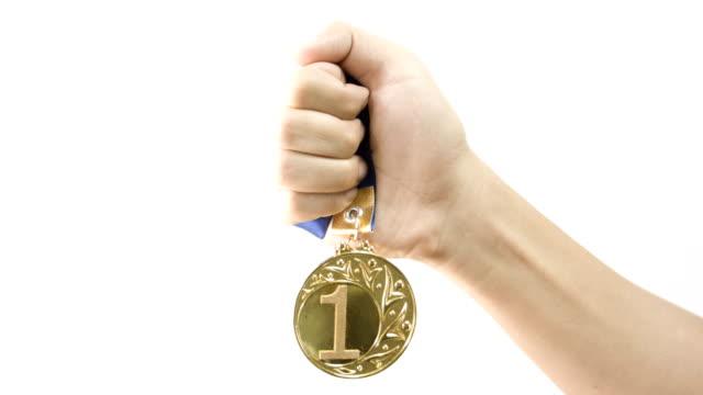 ハンド保持ゴールドメダルます。 - メダル点の映像素材/bロール
