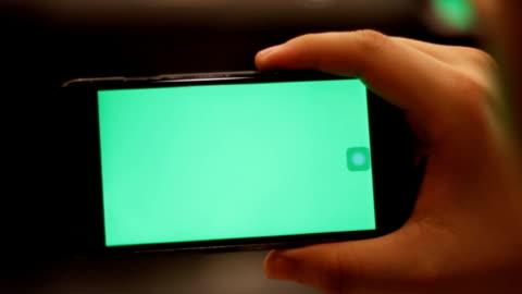 mano smartphone con schermo verde attesa - composizione orizzontale video stock e b–roll