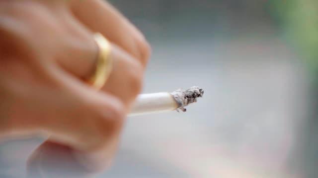 sigara yavaş hareket tutan el - tütün mamulleri stok videoları ve detay görüntü çekimi