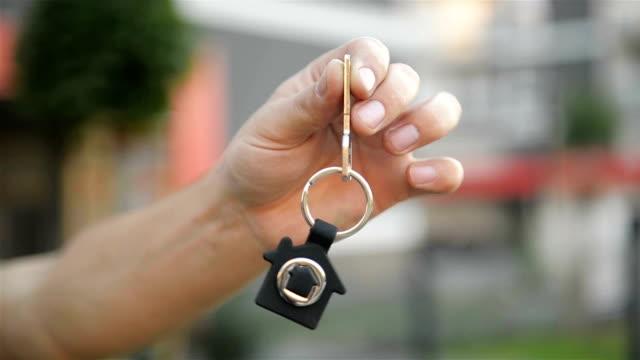 hand-holding-schlüssel aus einem neuen haus - hausschlüssel stock-videos und b-roll-filmmaterial