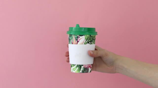 hand mit papier tasse heißgetränk - koffeinmolekül stock-videos und b-roll-filmmaterial