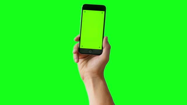 녹색 화면 bg-4 k에 스마트폰 들고 손 - hand holding phone 스톡 비디오 및 b-롤 화면