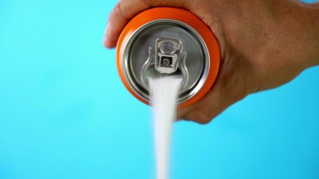 hand halten getränkedose gießen viel zucker in metapher der zuckergehalt einen refresh-drink in gesunde ernährung, diät, süß und kohlensäurehaltige getränke sucht und ungesunde lebensmittel konzept. - zucker stock-videos und b-roll-filmmaterial