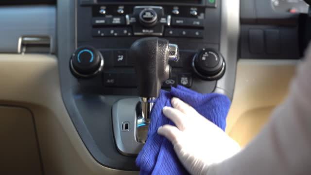 hand i handske torka ner på ytor på skiftet ratten av automatisk växling för rengöring covid-19 virus - växelspak bildbanksvideor och videomaterial från bakom kulisserna