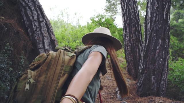 hand i hand vandrar i skogen - hålla handen bildbanksvideor och videomaterial från bakom kulisserna