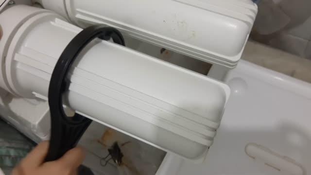 hand installing a new water purifier filter - tap water стоковые видео и кадры b-roll