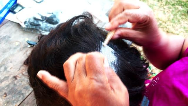 el yapımı peruk ve el sanatları - peruk stok videoları ve detay görüntü çekimi