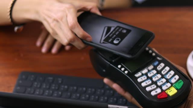 手モバイル決済 - クレジット決済点の映像素材/bロール