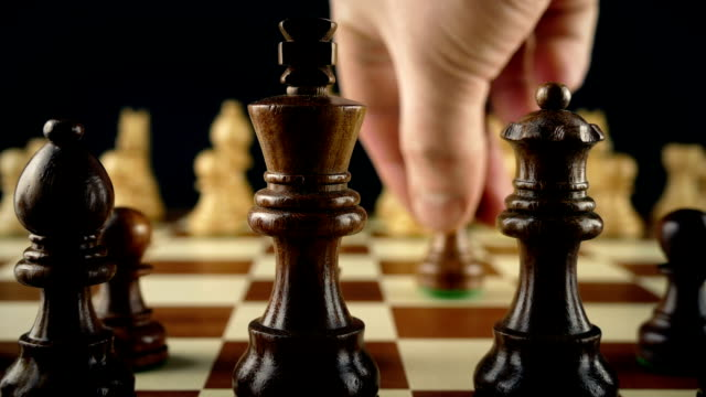 vídeos de stock e filmes b-roll de hand moves chess pawn first move - xadrez