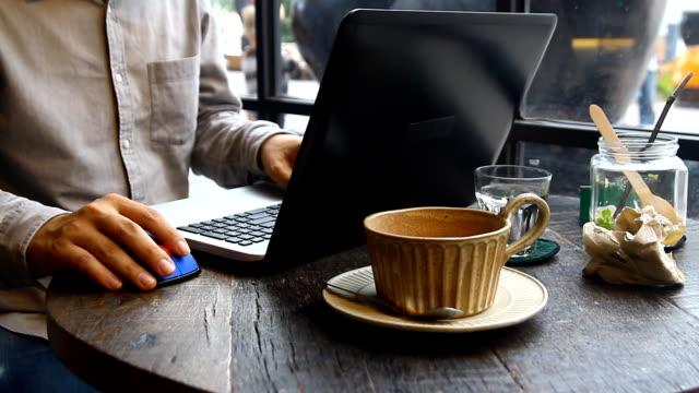hand multitasking man som arbetar på laptop och telefon ansluta wifi internet. information artiklar blogga - dept bildbanksvideor och videomaterial från bakom kulisserna
