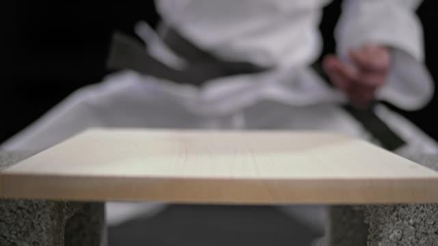 slo mo ld bir erkek karateist ahşap tahta kırma el - karate stok videoları ve detay görüntü çekimi